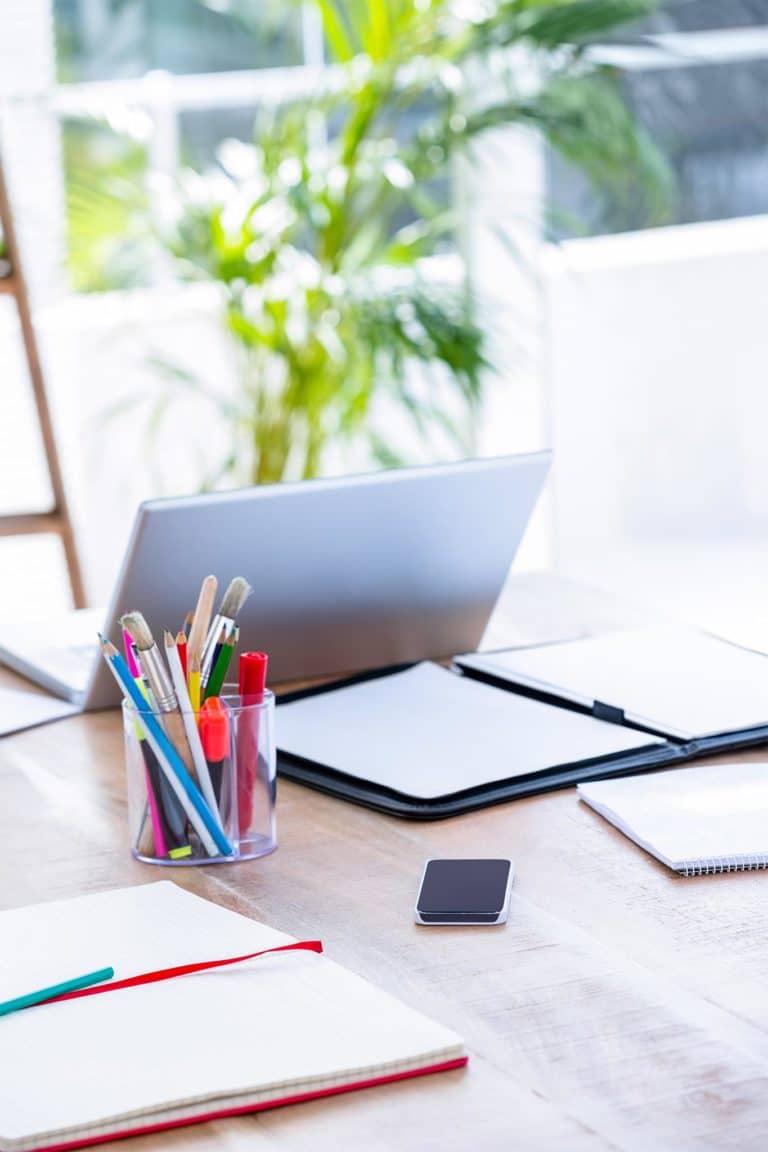 Arbeitsplatz mit Notebook Stuften und Handy